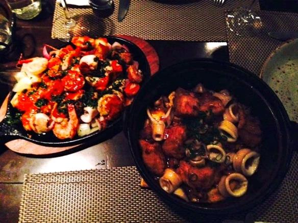 """""""Plancha"""" e panelinha de arroz negro com frutos do mar por cima. 3 pessoas comem mais que bem! ; )"""