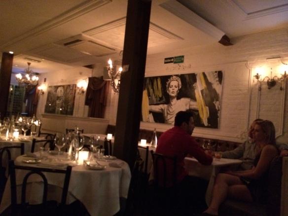A Kate Moss estilizada ali na parede dando um alô.