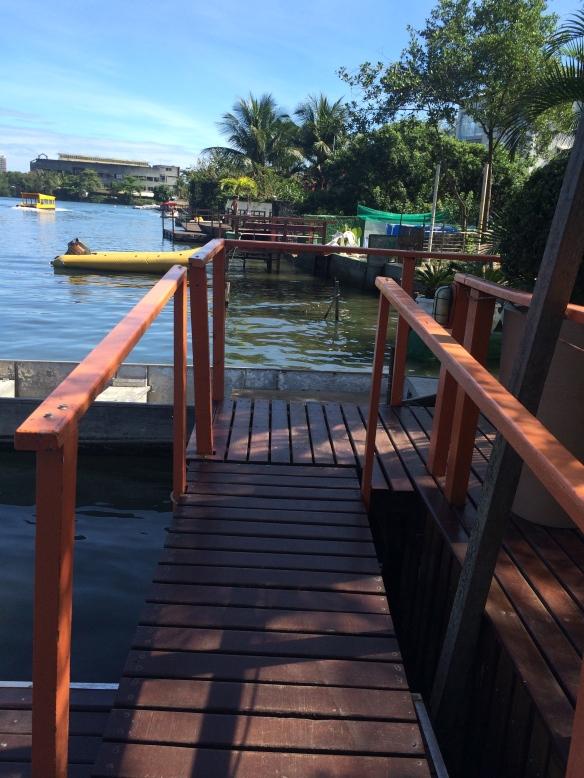 A Lagoa da Tijuca e a entrada para o restaurante.